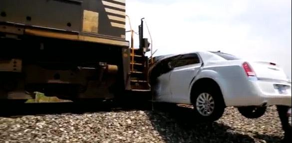 Поезд протаранил лимузин на переезде