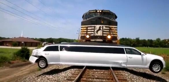 Лимузин застрял на переезде